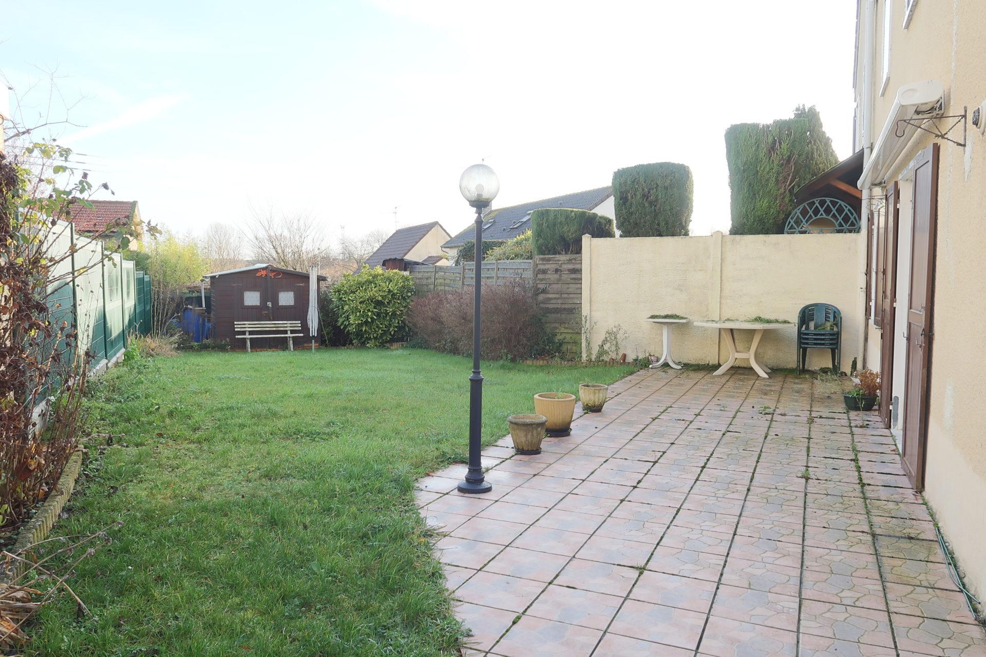 Pavillon avec garage et jardin